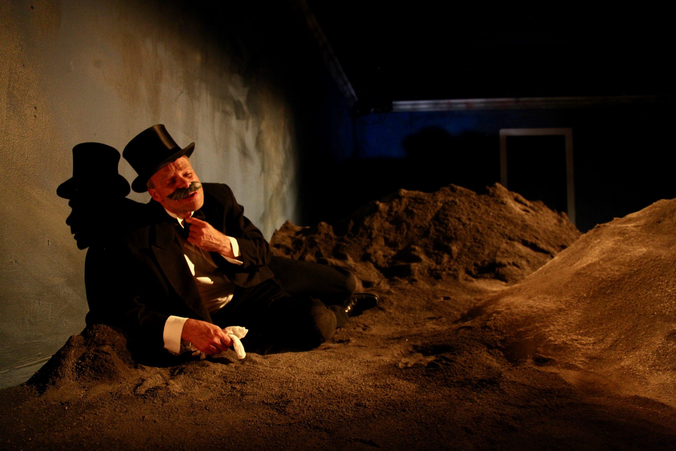HAPPY DAYS af Why Not Theatre Company. På billedet: Nathan Meister. Fotograf: Peter Dupont Weiss.