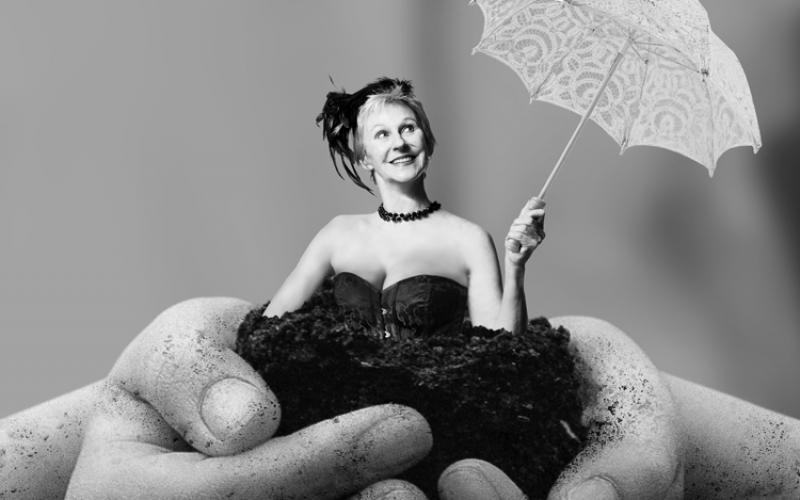 HAPPY DAYS af Why Not Theatre Company. Foto: Robin Skjoldborg. Grafiker: Mike Tylak